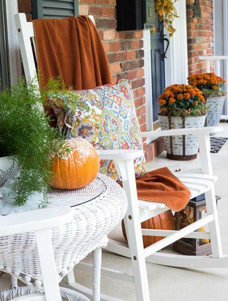 """""""Herbstlich Willkommen!"""" heißt uns die saisonal dekorierte Veranda (Foto: On Sutton Place via Stone Gable)"""