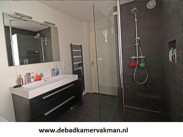 De badkamervakman is gespecialiseerd in complete badkamer