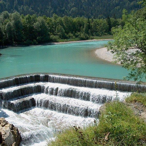 Gerade im Frühling lohnt es sich, einen Ausflug zu einem der vielen schönen Wasserfälle, die das bayerische Voralpenland zu bieten hat, zu unternehmen. Denn jetzt ist genug Schmelzwasser da, dass es nur so rauscht, brodelt und zischt. Ein herrlicher Anblick, viel schöner als im Hochsommer, wo Euch oft nur ein Rinnsal erwartet. Wir haben deshalb unsere liebsten Wasserfall-Wanderungen für Euch …