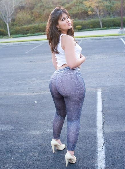Im Usually Against Leggings Like This On Very Curvy Girls But If Ass Is What They Want Give Em This Haha