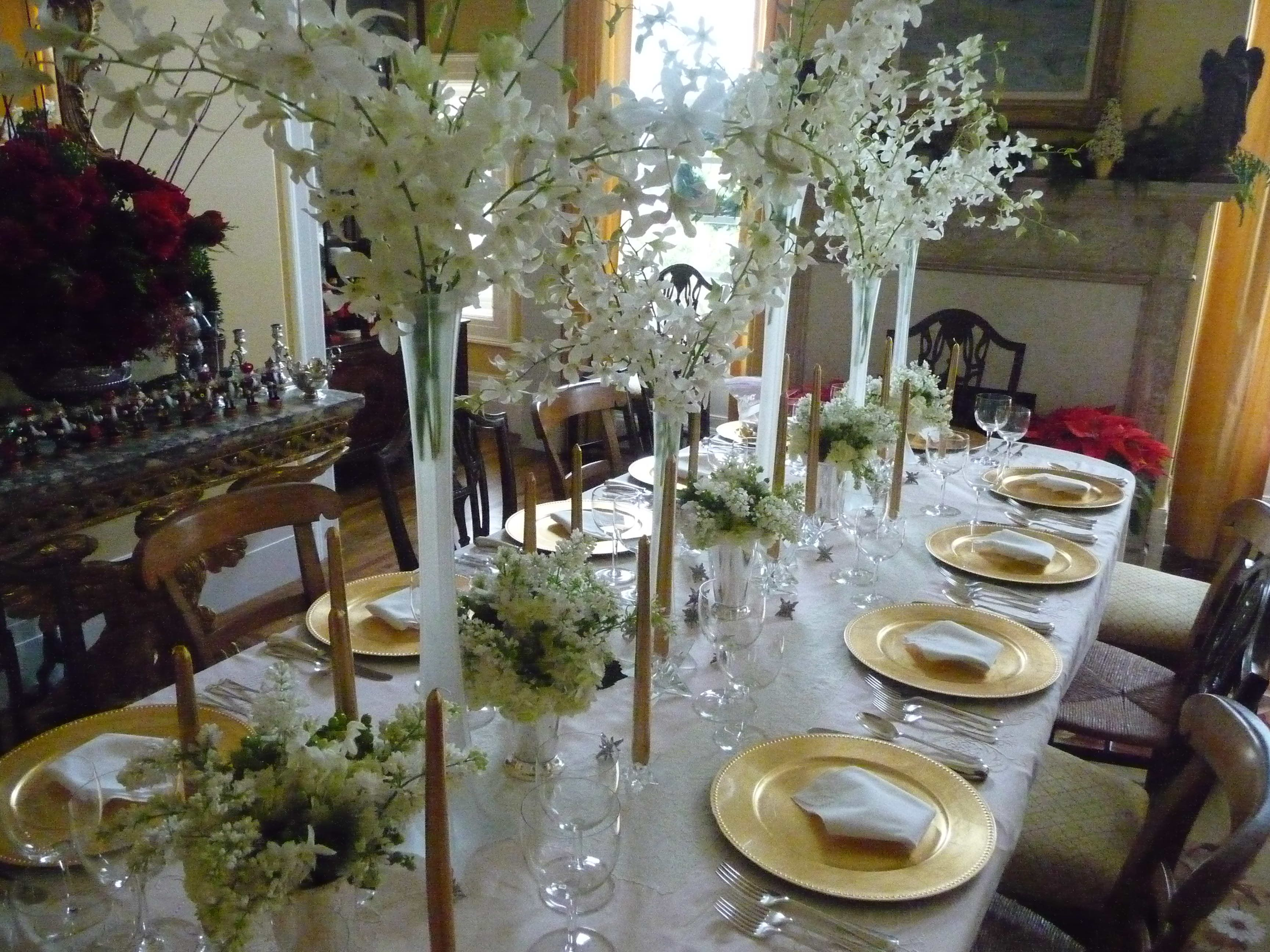 Exquisite White Christmas Dinner Table Decorations Boasts Beauteous White  Lilies Christmas On Crystal Vase Centerpieces With Alluring White Christmas  Dining ...