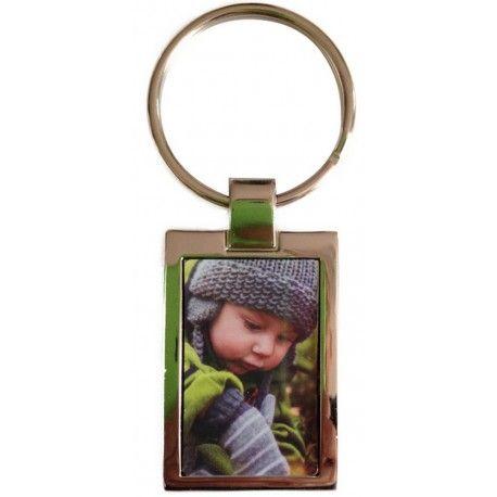Vous emporterez partout ce porte-clefs en métal brillant (existe aussi en mat) sur lequel sera imprimée la photo de votre choix, la plupart du temps celle d'un être cher comme dans l'exemple ci-contre.