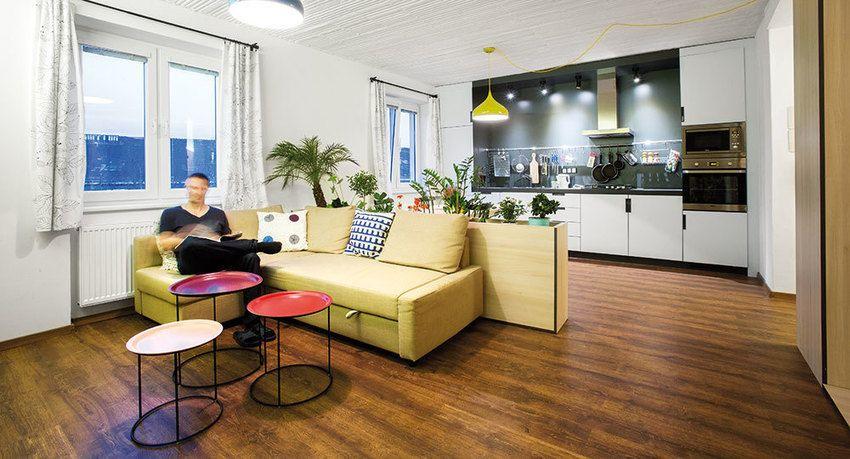 Rady architektů proměnily byt z poválečného období do mladistvého stylu. Ruku v ruce se šikovnými a praktickými dispozičními změnami se z něj stalo pohodlné bydlení splňující všechny požadavky majitele.