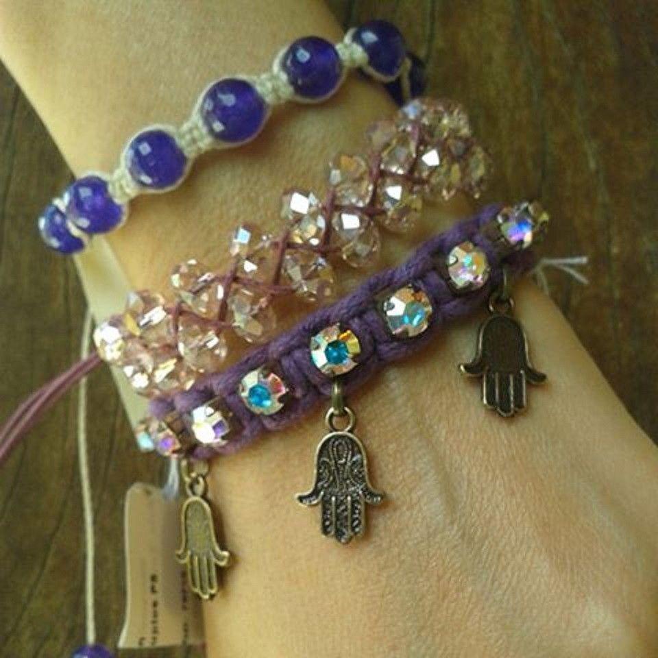 1 Pulseira em macrame com strass grandes, no cordão azul e metais ouro velho, hansá, mão de Deus; <br>1 Pulseira Shamballa pedras jade púrpura, fecho ajustável; <br>1 Pulseira macramé cristal duplo, fecho ajustável.