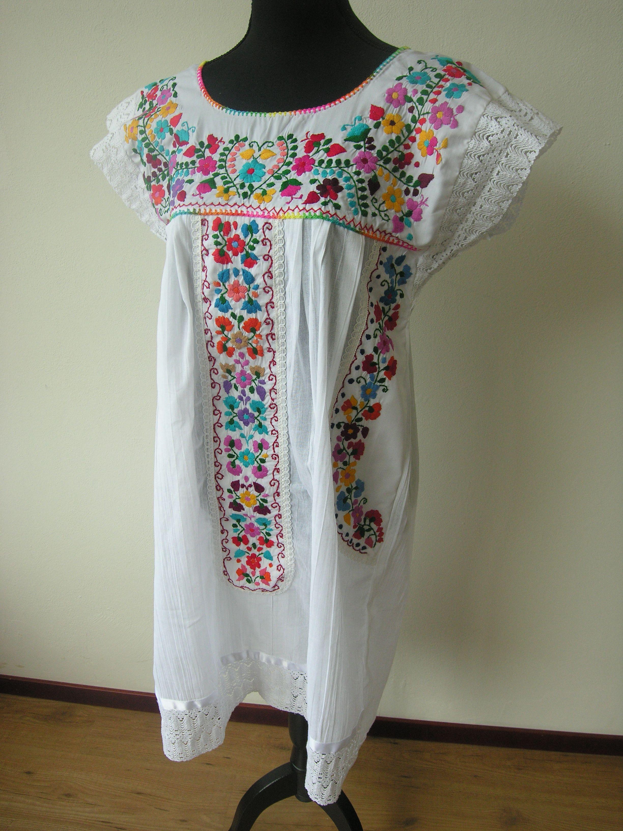 fe28045571 Hermoso vestido bordado a mano en manta fina de algodón. Hecho en Puebla
