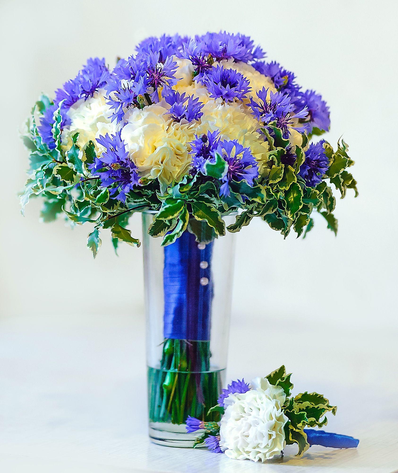 Голубые букет из хризантем и гвоздик фото, золотые