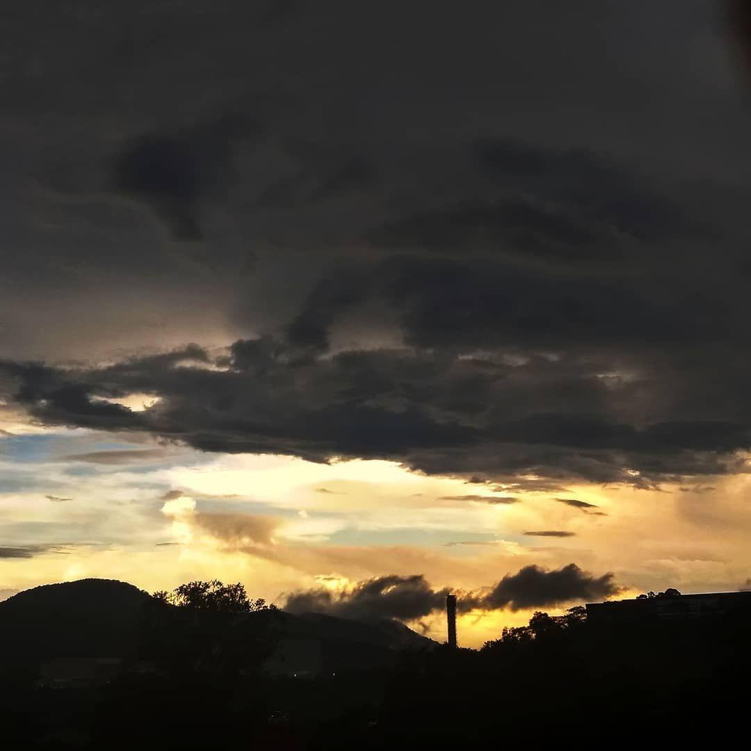 Raining 🌧️ . . . . . . . . . . . #clouds #cloudyday #rain #raining #sunset #sky #rainingday #raininternational #chuva #diachuvoso #rainy #rainyday #rainydays #photographyday