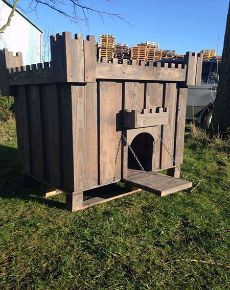 A Castle Dog House Complete With Drawbridge How Awesome Is This Pallet Dog House Diy Dog House Pallets Wood Dog House