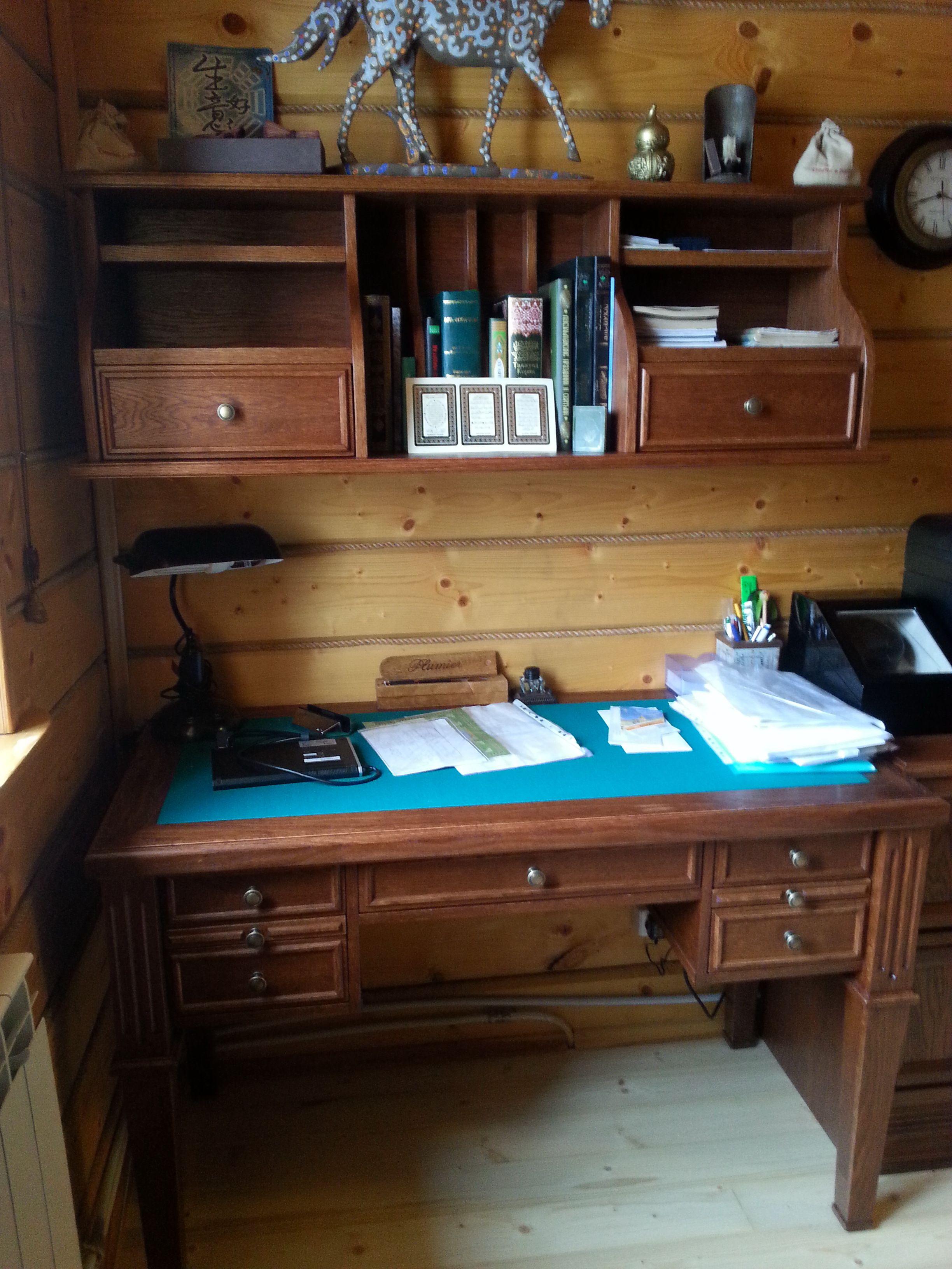 Письменный стол из дуба.При проектировании вдохновились коллекцией кабинета у КвистБьерк, Сукно изпользовали для бильярдных столов.
