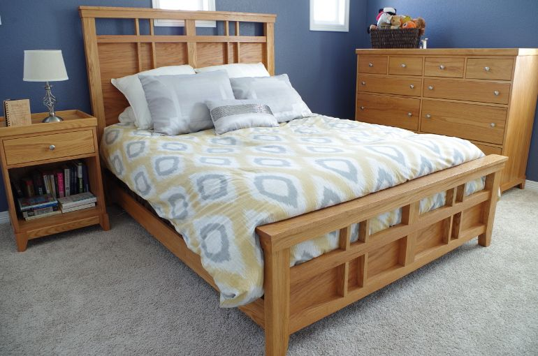 Nothing Says Homey Better The Red Oak This Bedroom Set Includes A Queen Bed 10 Drawer Set And A Side Table Notice A Slightl Bedroom Set Oak Bedroom Red Oak