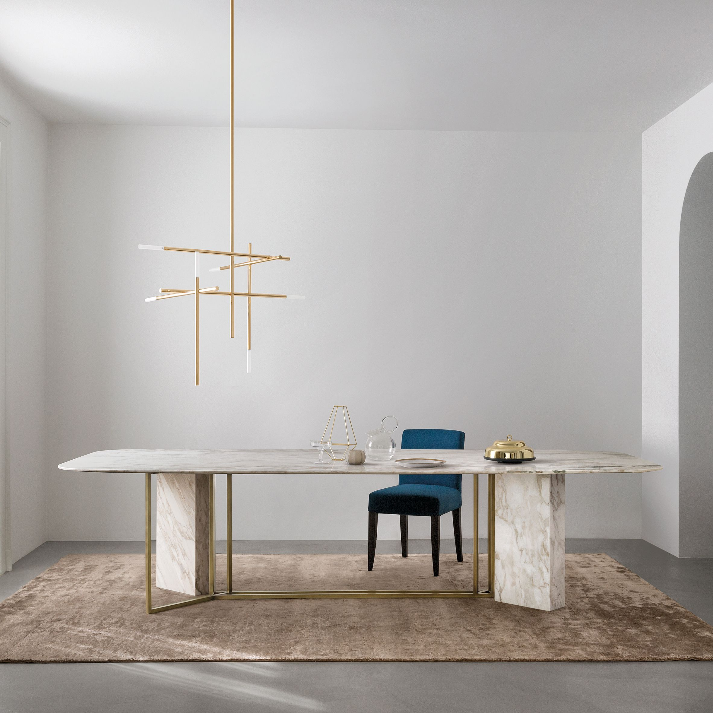 Italian brand meridiani has created the plinto collection for Esstisch italian design