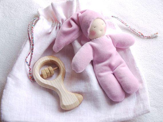 Cadeau de naissance Waldorf hochet en bois et par MainsDeLaine
