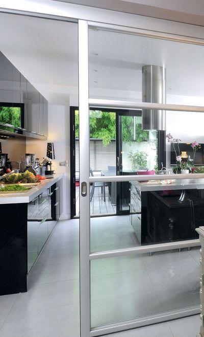 Une cuisine contemporaine avec îlot central Sliding door, Doors