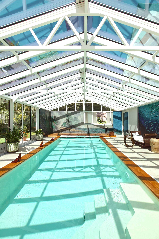 Veranda Puit De Lumiere une piscine sous une véranda et un puits de lumière pour