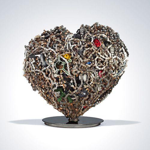 Correntes e peças formam esse lindo coração de material reciclado.