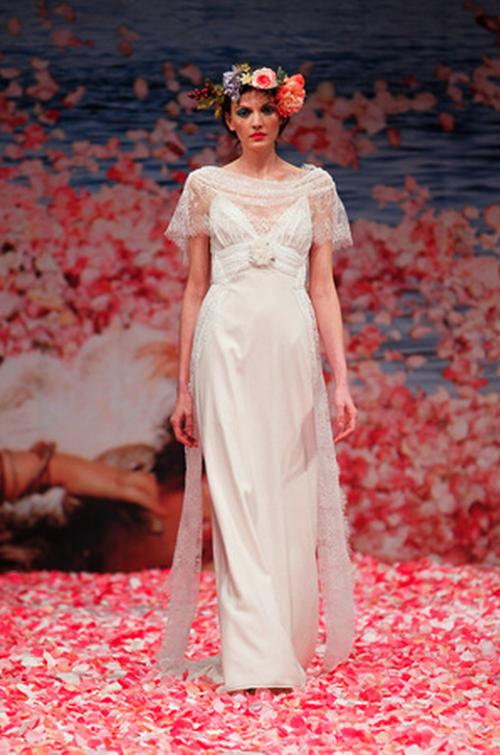 Vestido de novia simple con detalles bohemios y mangas cortas anchas ...