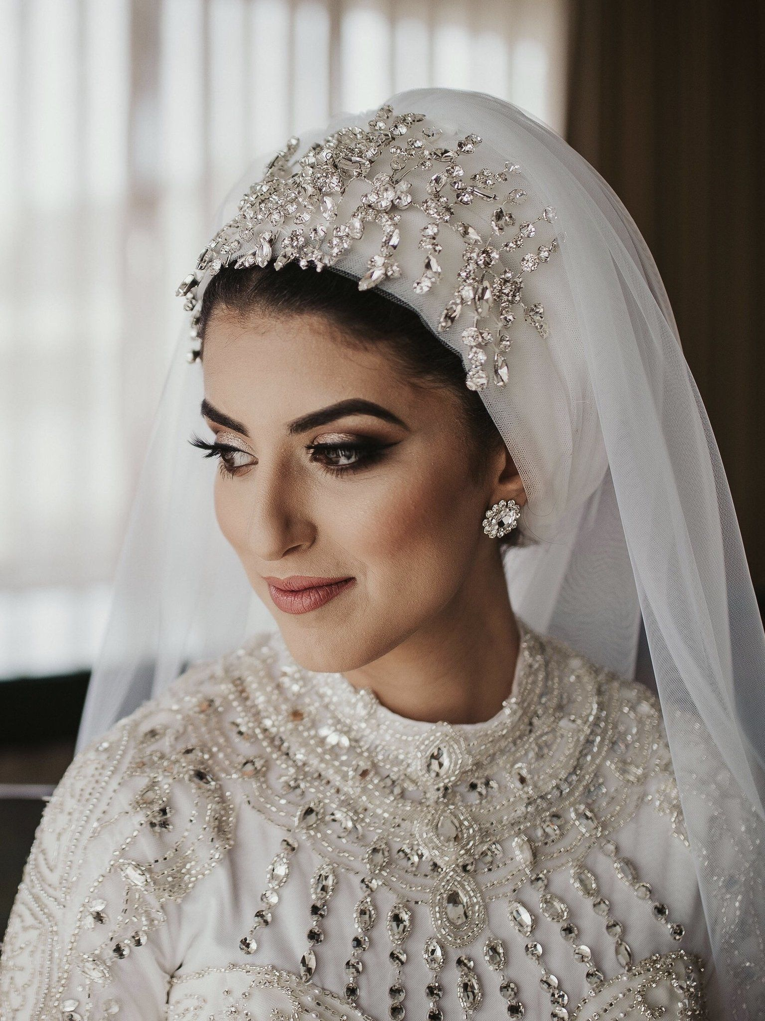 Turban Nada Hijab Couture Bridal Hijab Ab Muscles Word Conjures Up Images Of Gorgeous Muslim Girls With In 2020 Kleider Hochzeit Hijab Braut Hochzeit Hijab Stile