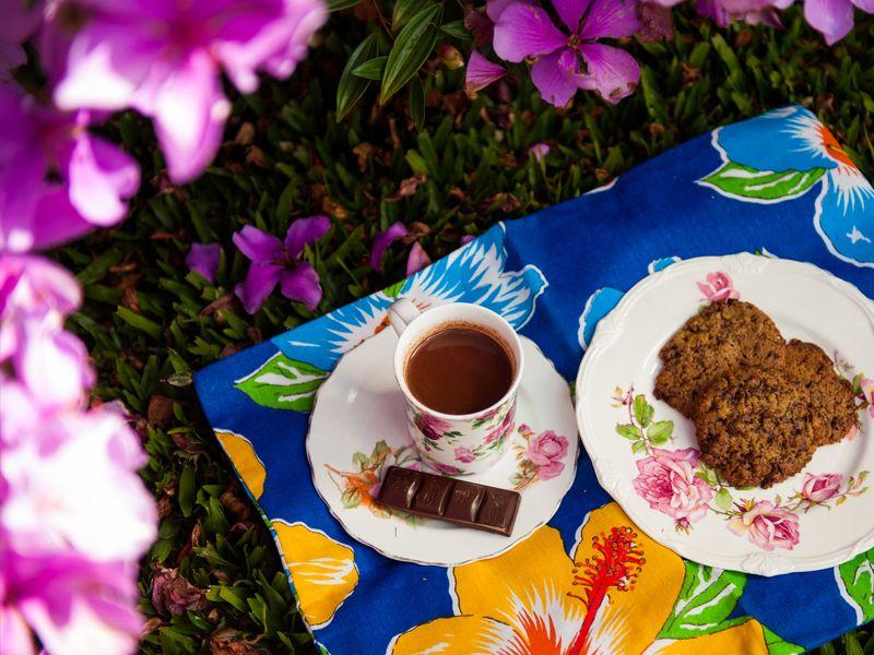 cookies com chocolate e chocolate quente