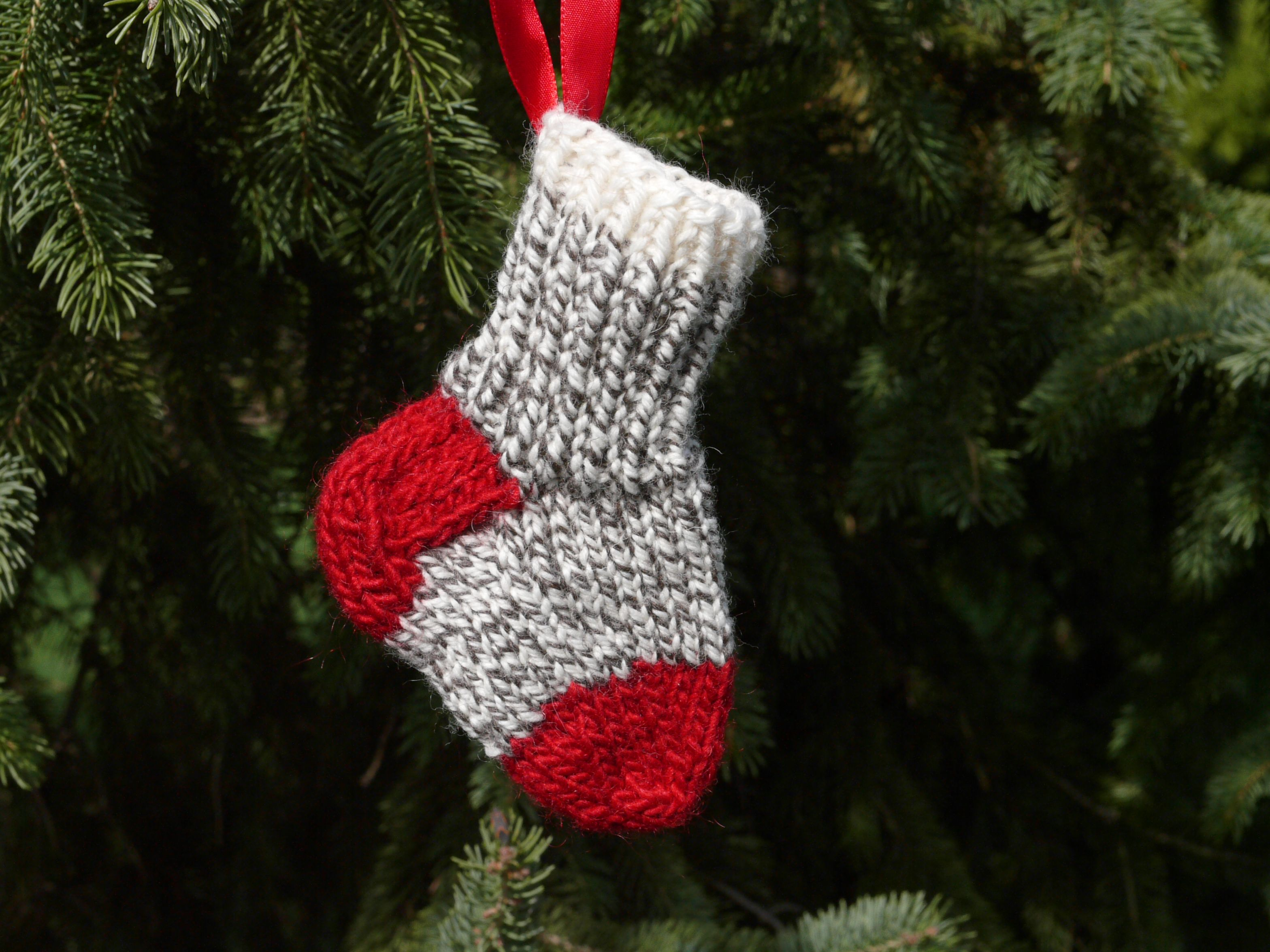 Pattern for a knitted mini-stocking. Space for a small treasure ...