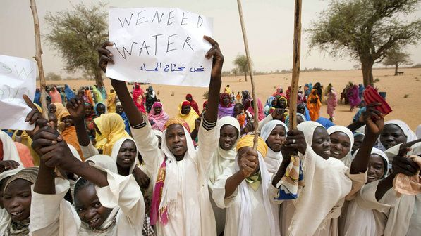 Meninas fazem protesto pela escassez de água, na chegada das Missões das Nações Unidas, no Sudão