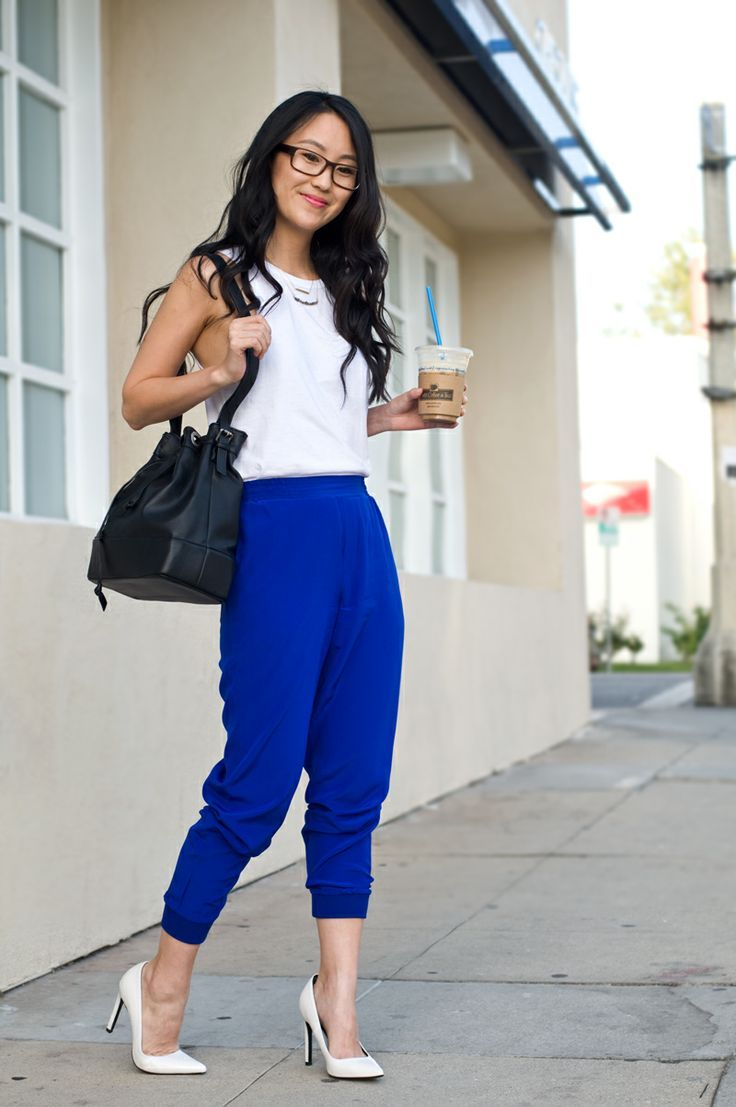 casual chic royal blue pants white tank top white pumps