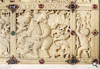 Kästchen (Detail); Ceylon, Kotte, 1543–1555. Elfenbein, Goldschmiedearbeiten, Edelsteineinlagen, Rubine, Saphire; © Privatsammlung