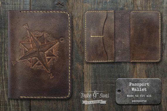 db3c9dabcdedf9 Handgefertigte Leder Passport Wallet (handgemacht) mit geprägtem  Kompass-Rose