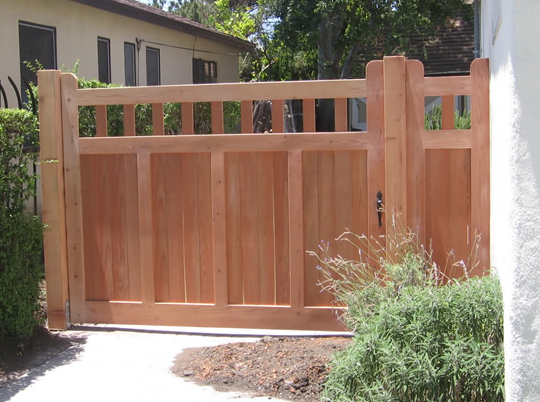 Obviously This Craftsman Style Fence Would Break The Bank But It Would Look Lovely In White At Hip Height With Yello Fence Design Craftsman Exterior Wood Fence