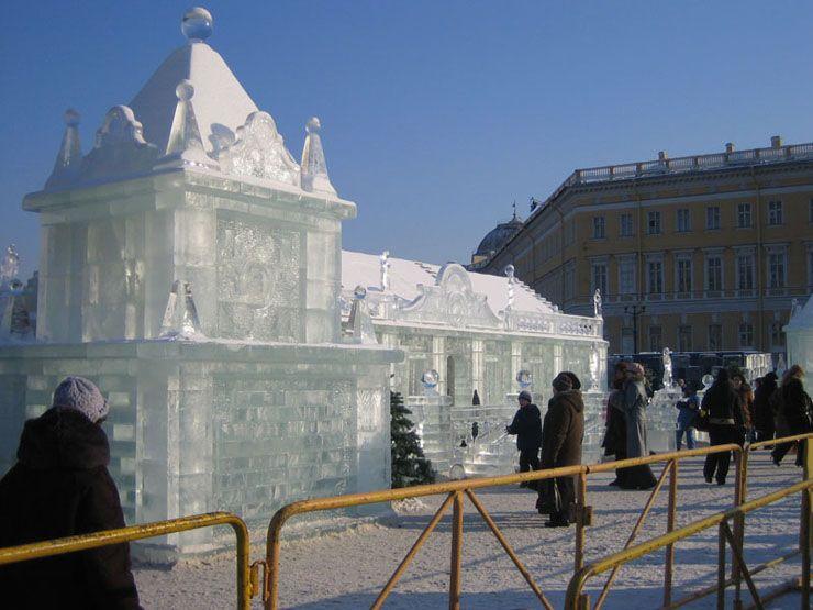 Un enorme palazzo  di ghiaccio, edificato per il matrimonio di due buffoni  di corte che furono costretti a passarvi la prima notte di  nozze.