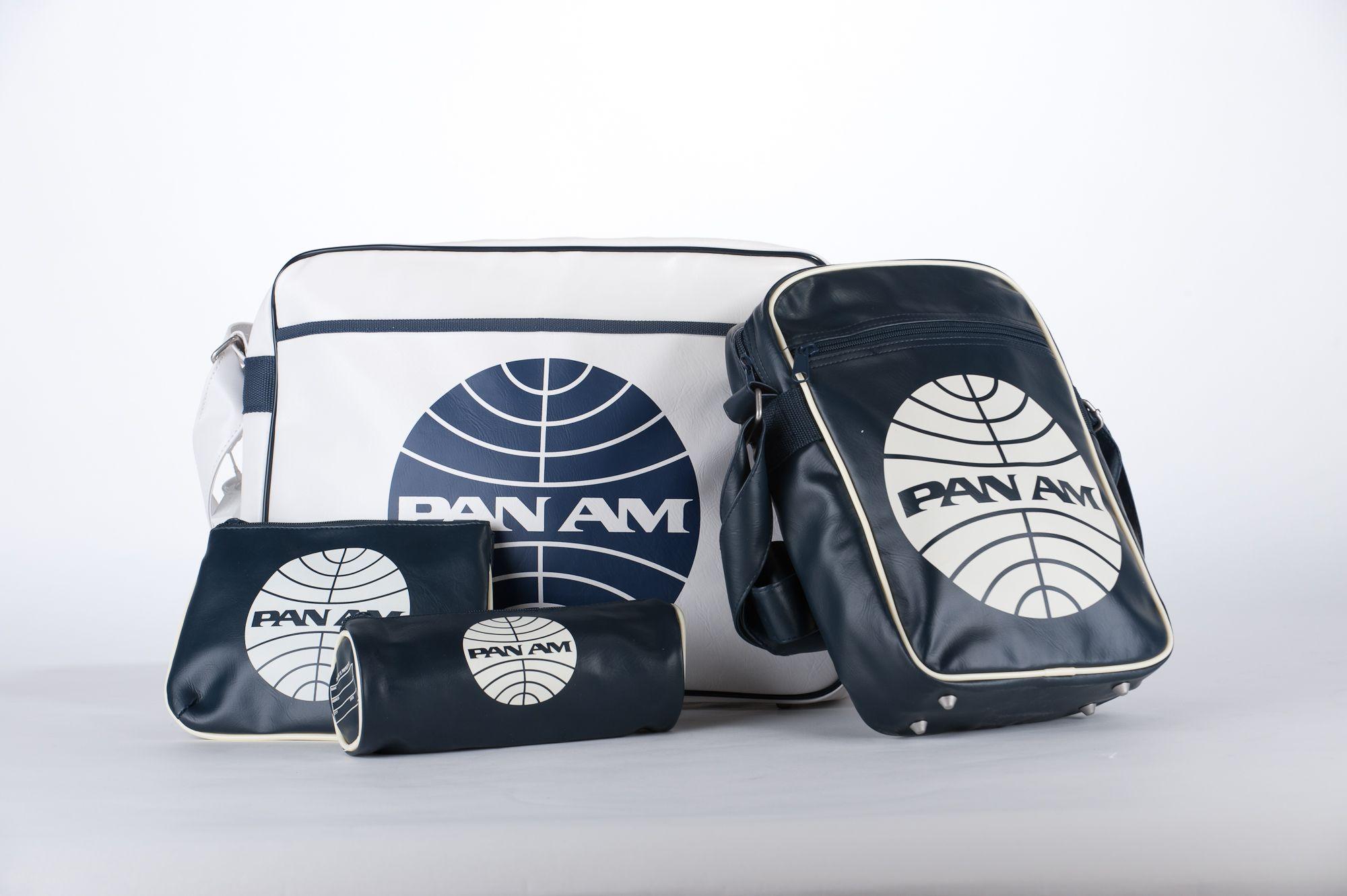 PAN AM -- Geniet mee van de glamour van Pan Am met deze toffe tas. Hij straalt de charmes uit van het kleurrijke Pan Am verleden en is ideaal voor op het vliegtuig. / - - / Ce superbe sac glamour à l'image de la Pan Am. Il dégage un charme indéniable lié au glorieux passé de la Pan Am et se prête parfaitement aux déplacements en avion.