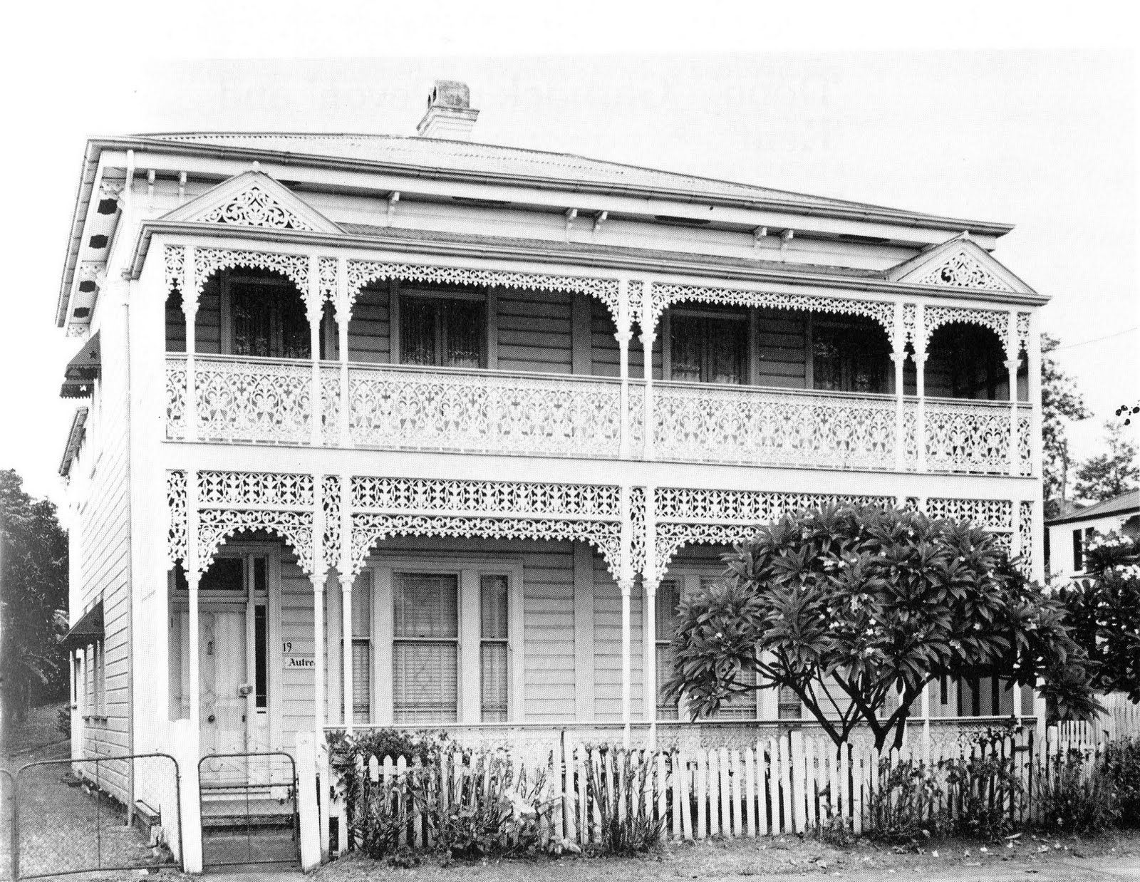 Astrea House At 19 Bank St West End Brisbane Queensland In 1982 A Heritage Listed Duplex Built In 1 Colonial House Exteriors House Veranda Dream House Outside