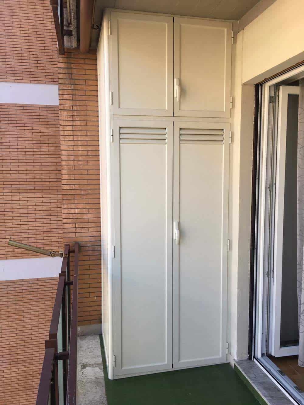 Armadi In Alluminio Per Balconi.Fotografia Di Un Armadio In Alluminio Verniciato Avorio