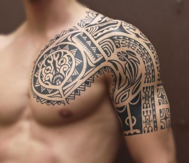 Maori Tattoo Am Oberarm Und Brust Fur Manner Tattoos Oberarm