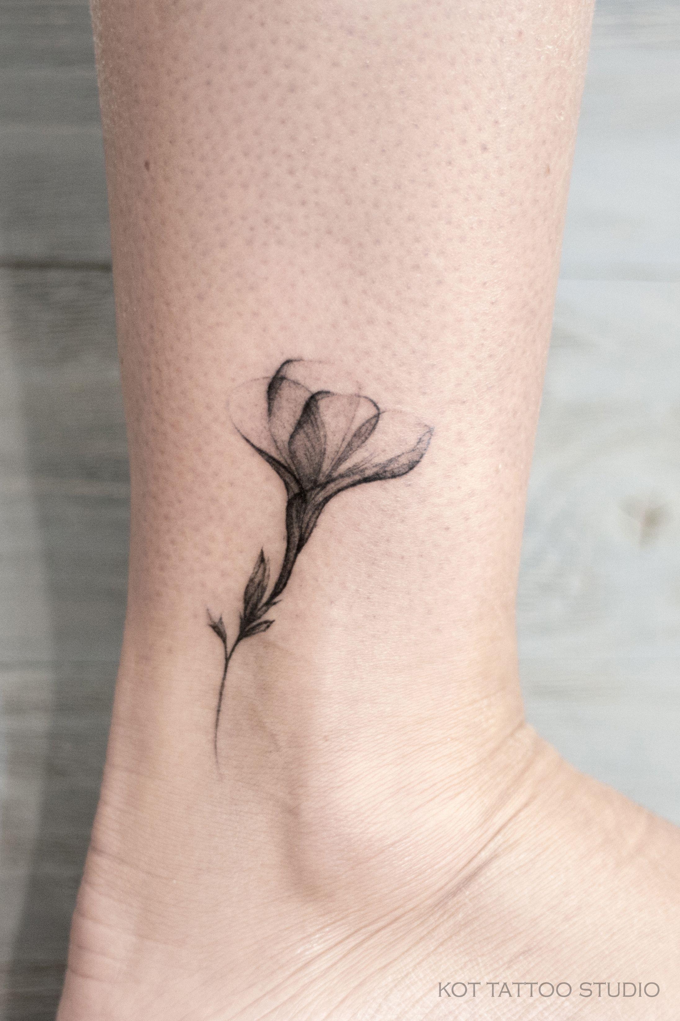 идея для тату эскиза для девушек черно белый цветок на ноге в