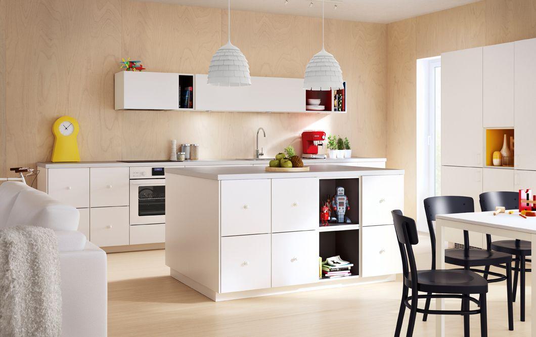 Moderne Küche mit Kücheninsel mit weißen VEDDINGE Fronten und TUTEMO Regalen in Weiß/Gelb, Weiß/Rot und Weiß/Grau