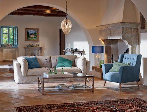 Aqua-Töne setzen Akzente in diesem mediterranen Wohnzimmer, dessen