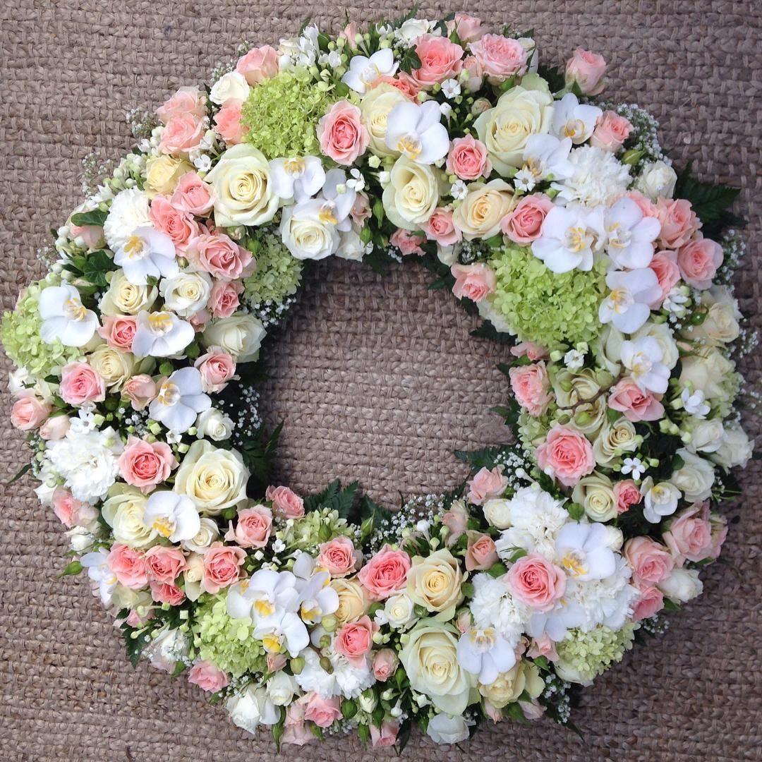 «En vakker siste hilsen! #begravelse #wreath #krans #orkideer #flowers #florist #roser #hortensia #grenroser #vakkert»