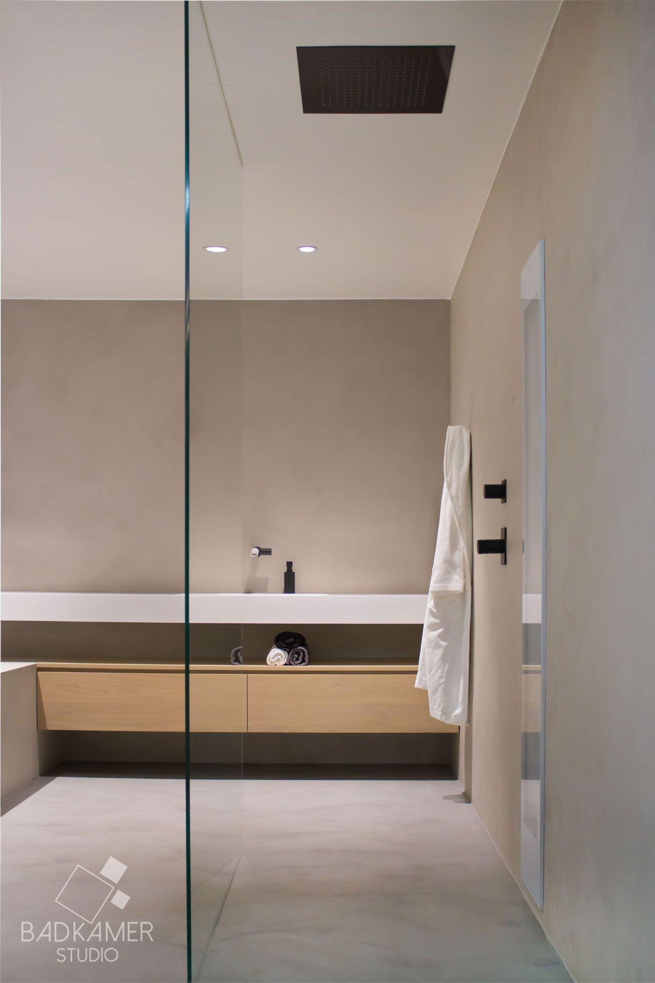 Maatwerk badkamer met micro-beton (Beton-Ciré) op de vloer, muren en ...