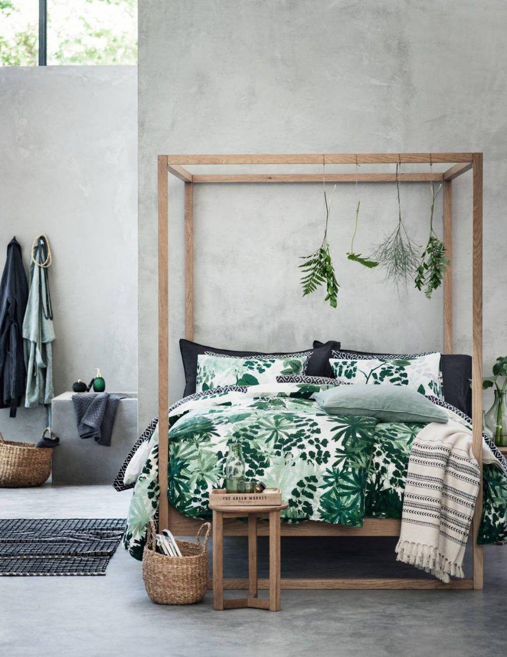 Een vrolijke slaapkamer met planten, prints, en alle kleuren van de ...