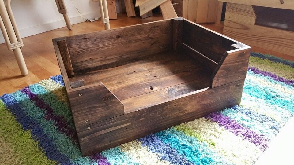 Easy to make pallet dog bed pallet furniture diy for How to make furniture out of wood pallets