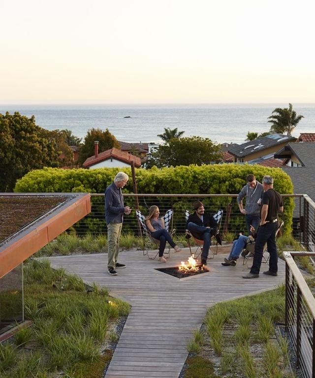 gestaltung hinterhof holz terrassendielen feuerstelle hecke - eine feuerstelle am pool