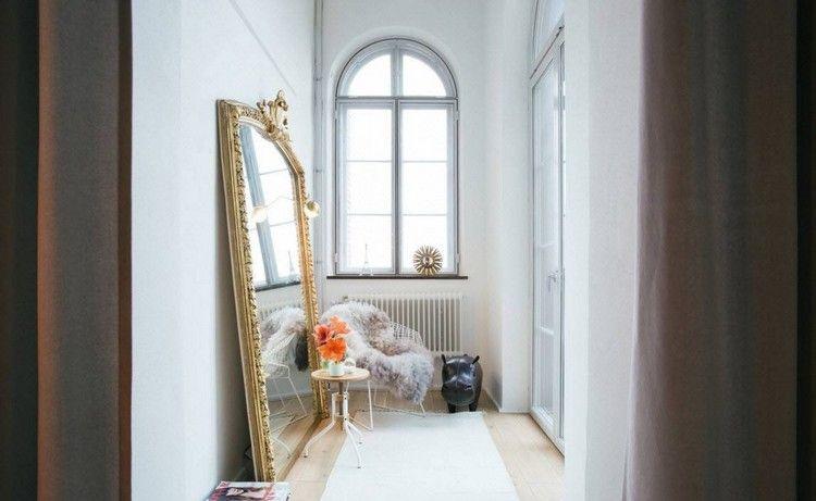 idée déco entrée maison avec miroir de sol de style néo-baroque