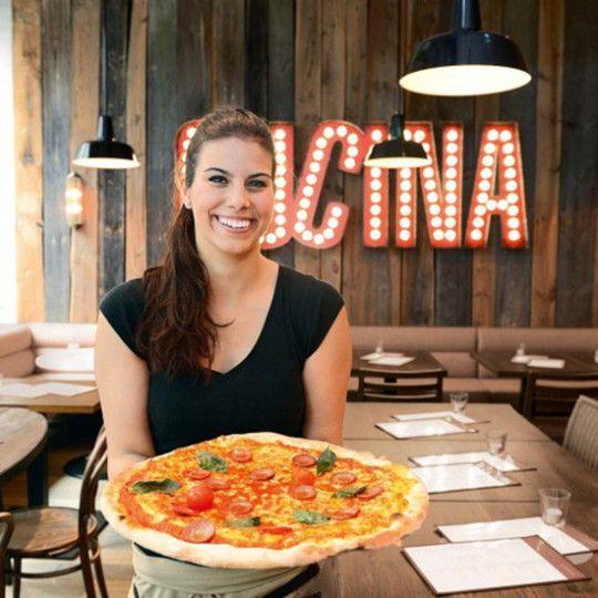 L'Osteria Mitarbeiterin mit Pizza Salami