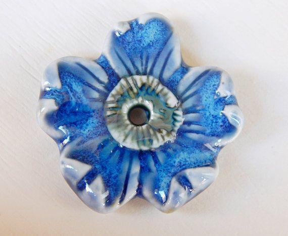 Handmade porcelain pendant  blue flower. por Majoyoal en Etsy