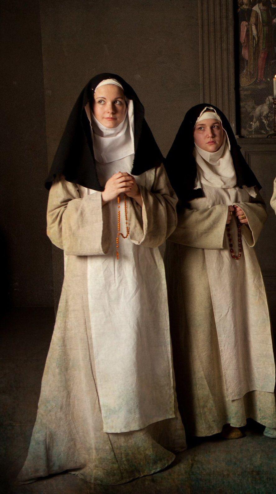 Nonnen zijn te herkennen aan hun doorgaans sombere kleding en zwarte sluiers. Een leuk feitje; vrouwen die non werden kregen ook een trouwring gezien zij de bruiden van Jezus waren