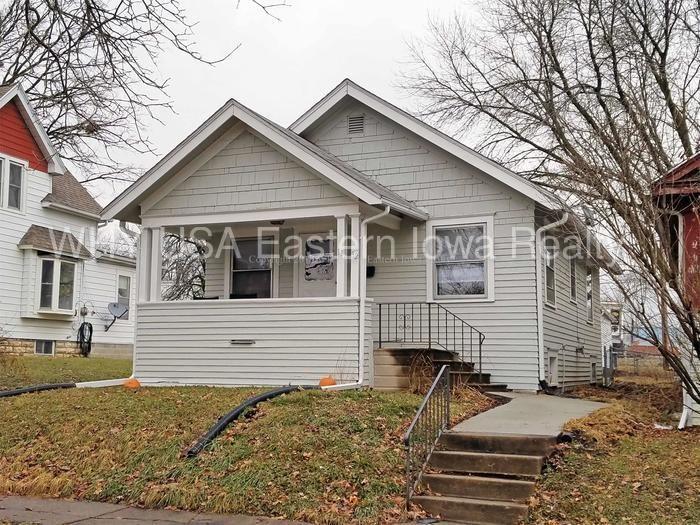 For Rent 2 Bedroom Ne Cedar Rapids House With 2 Car Garage 785