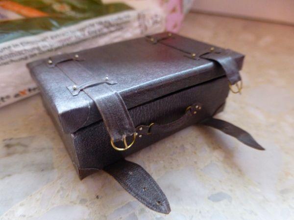 SamirasMinis wonderful hand made suitcase using Amber's tutorial!