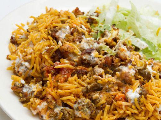 Arroz halal con pollo y salsa blanca/Typical halal dish -rice with ...
