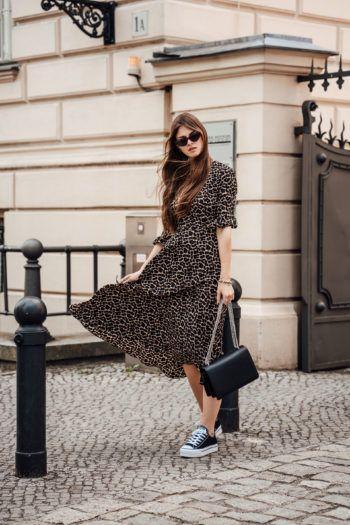 Leo Print Kleid kombiniert mit schwarzen Sneakers ...