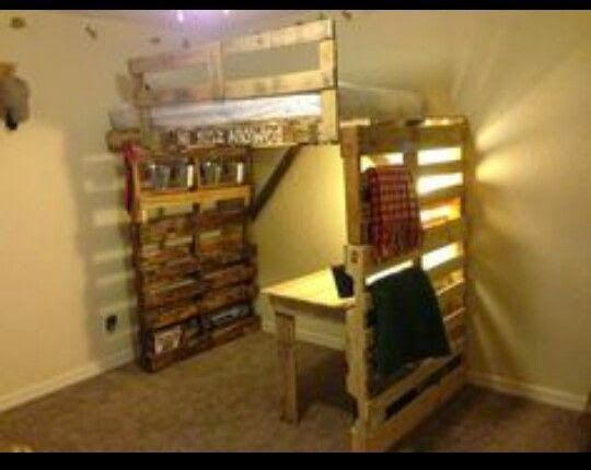 Muebles de palets 8 ideas de literas hechas ntegramente for Sofa cama de madera reciclada
